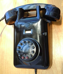 Heemaf 1955 type wall telephone by Philips with DC signaling pushbutton dial (Netherlands, Dec.1962).
